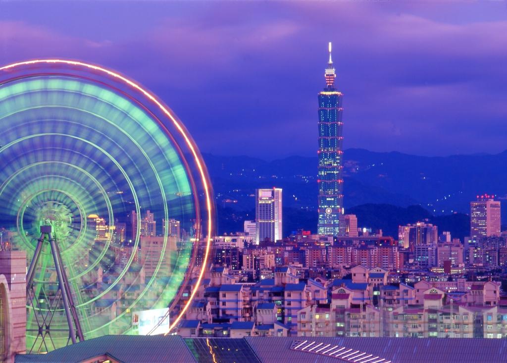 美麗華百楽園の観覧車と台北101