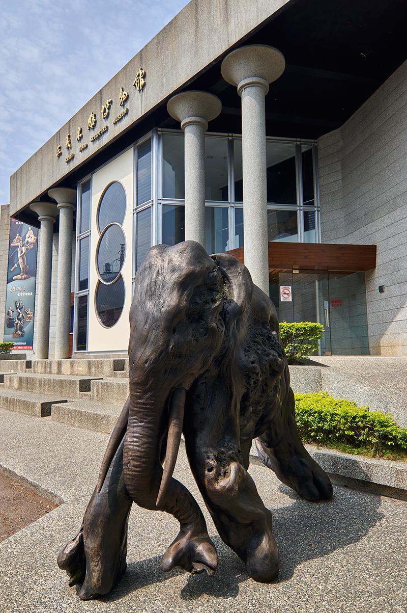 三義木彫博物館前の象木彫
