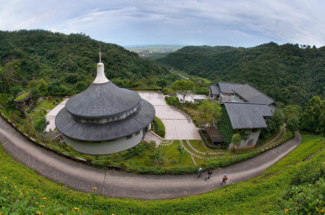 五峰旗聖母朝聖地カトリック教会を眺める