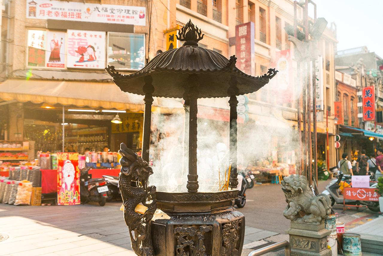 台北霞海城隍廟の線香の煙