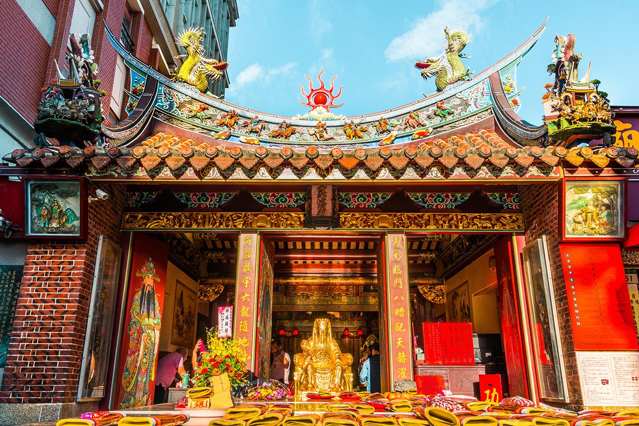 金色の城隍爺像