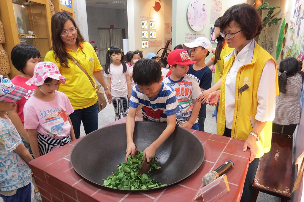 松柏嶺ビジターセンターのお茶炒めの活動