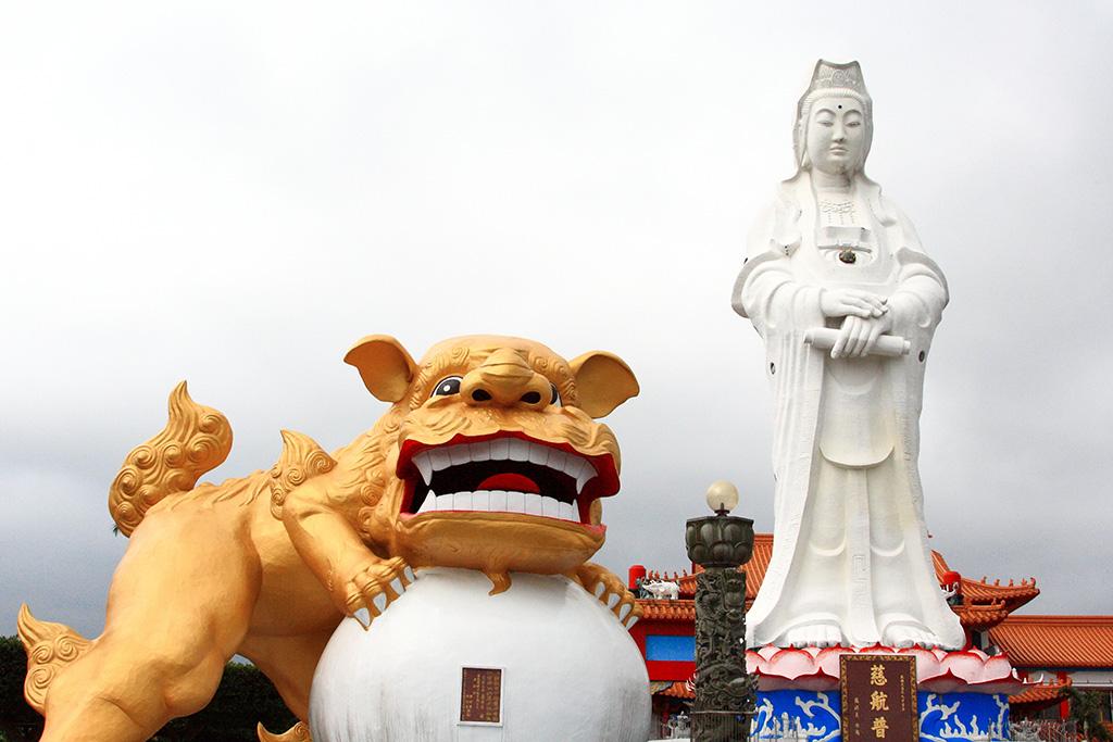 中正公園の観音大仏像と金色のライオン