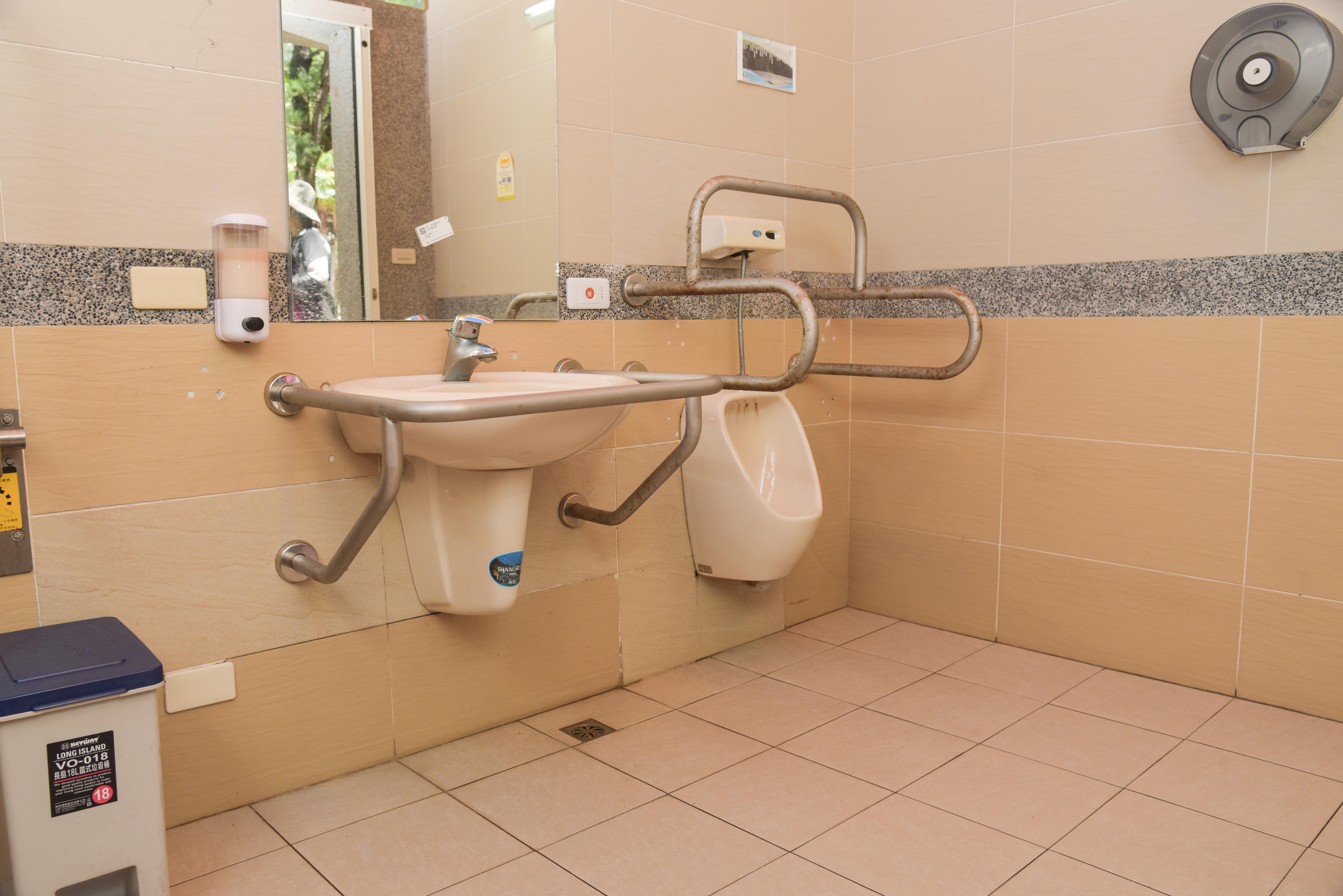車いす対応トイレの洗面台