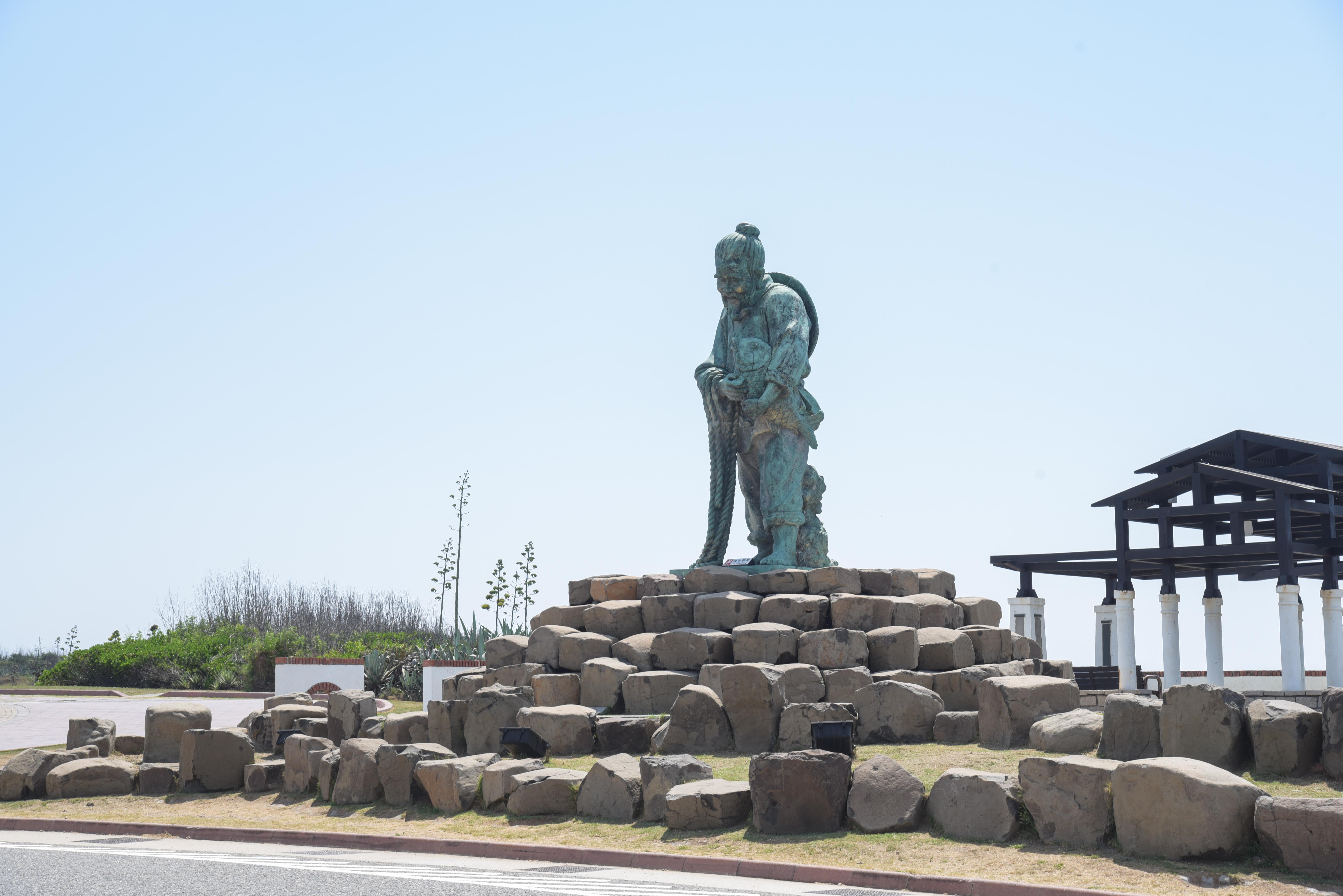 跨海大橋近くの漁師像