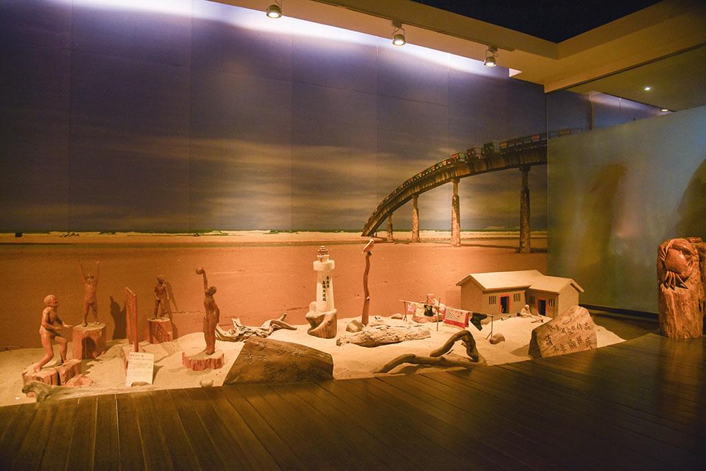 福隆ビジターセンターの木彫りの展示館
