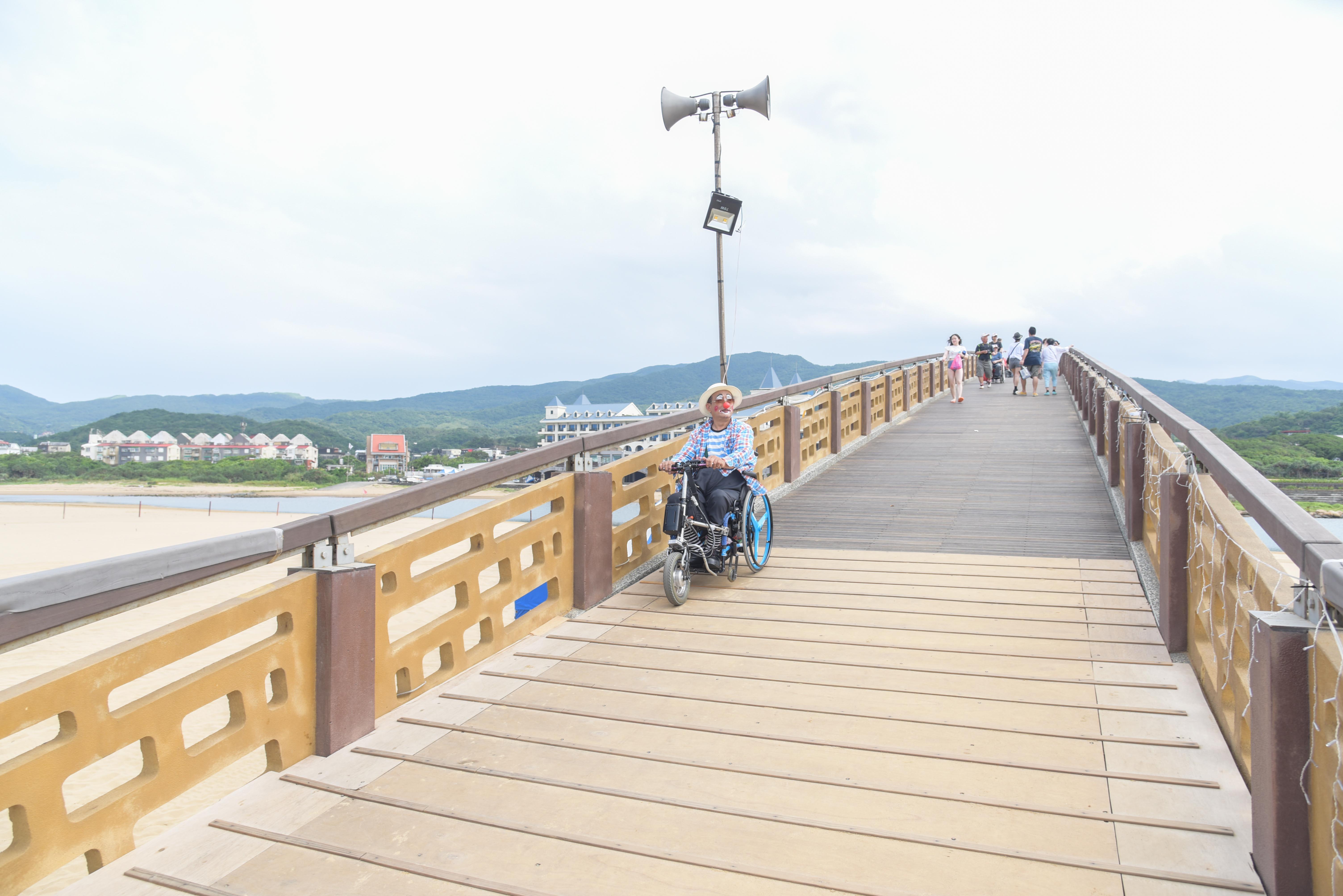アーチ橋のバリアフリーの通路