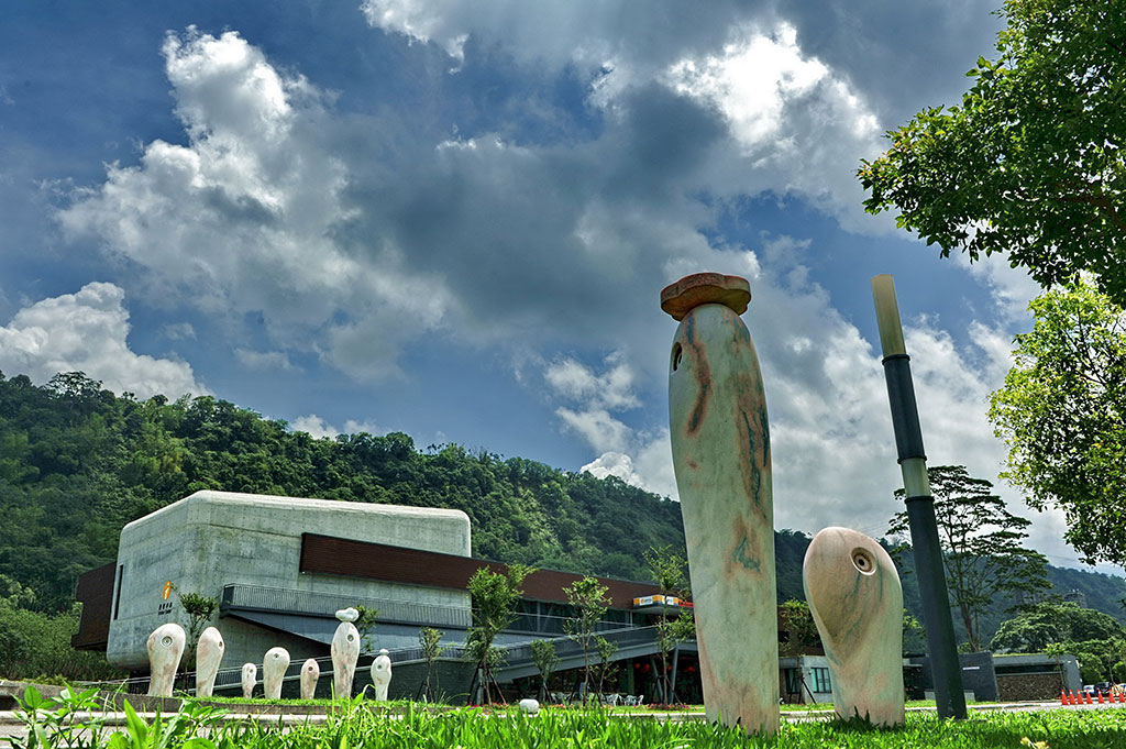 旅客センターの外観と芸術品