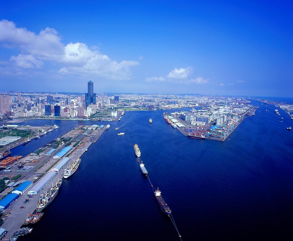 高雄港を眺める