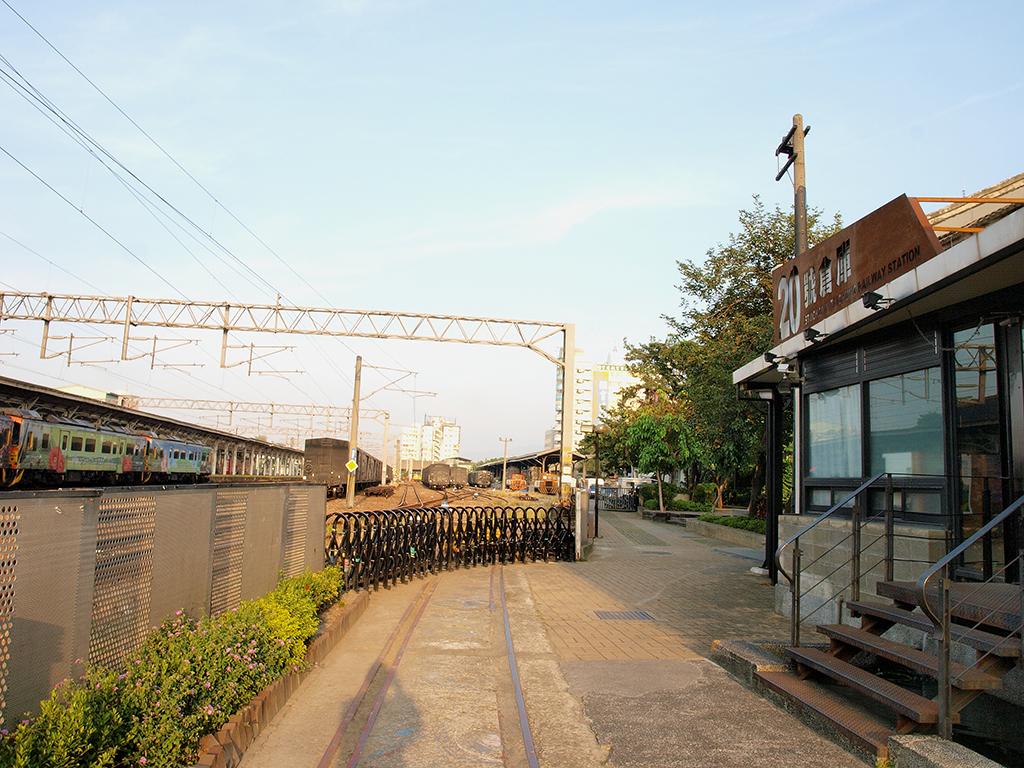 鉄道に近づく二十号倉庫
