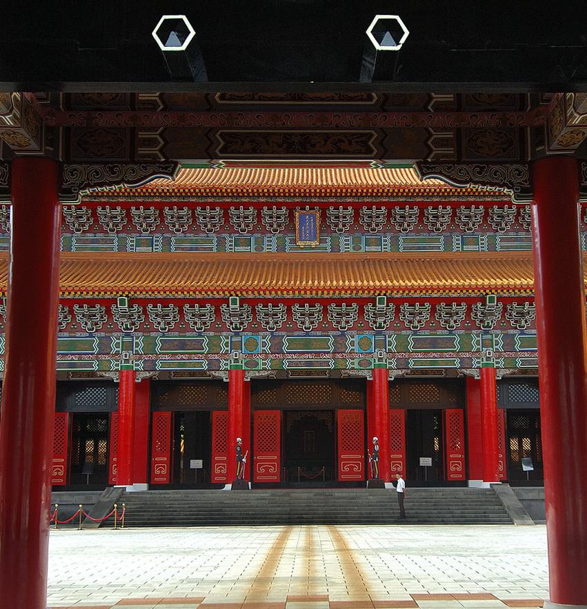 忠烈祠の大門の前