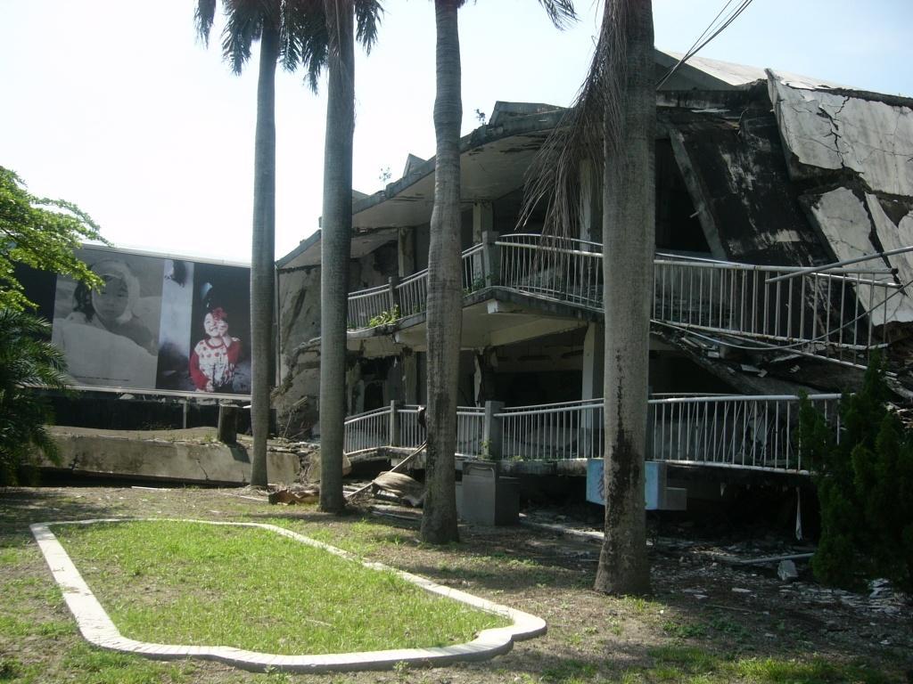 地震で倒れた校舎