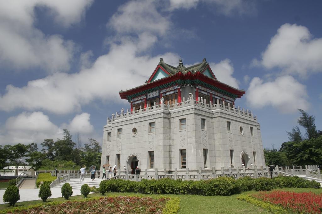 莒光楼は中国風の宮殿を模した三階の建物です。