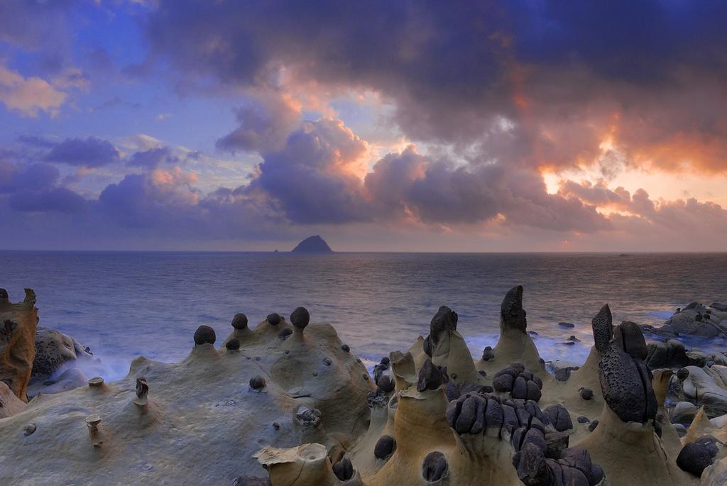基隆港東側に位置する和平島浜海公園