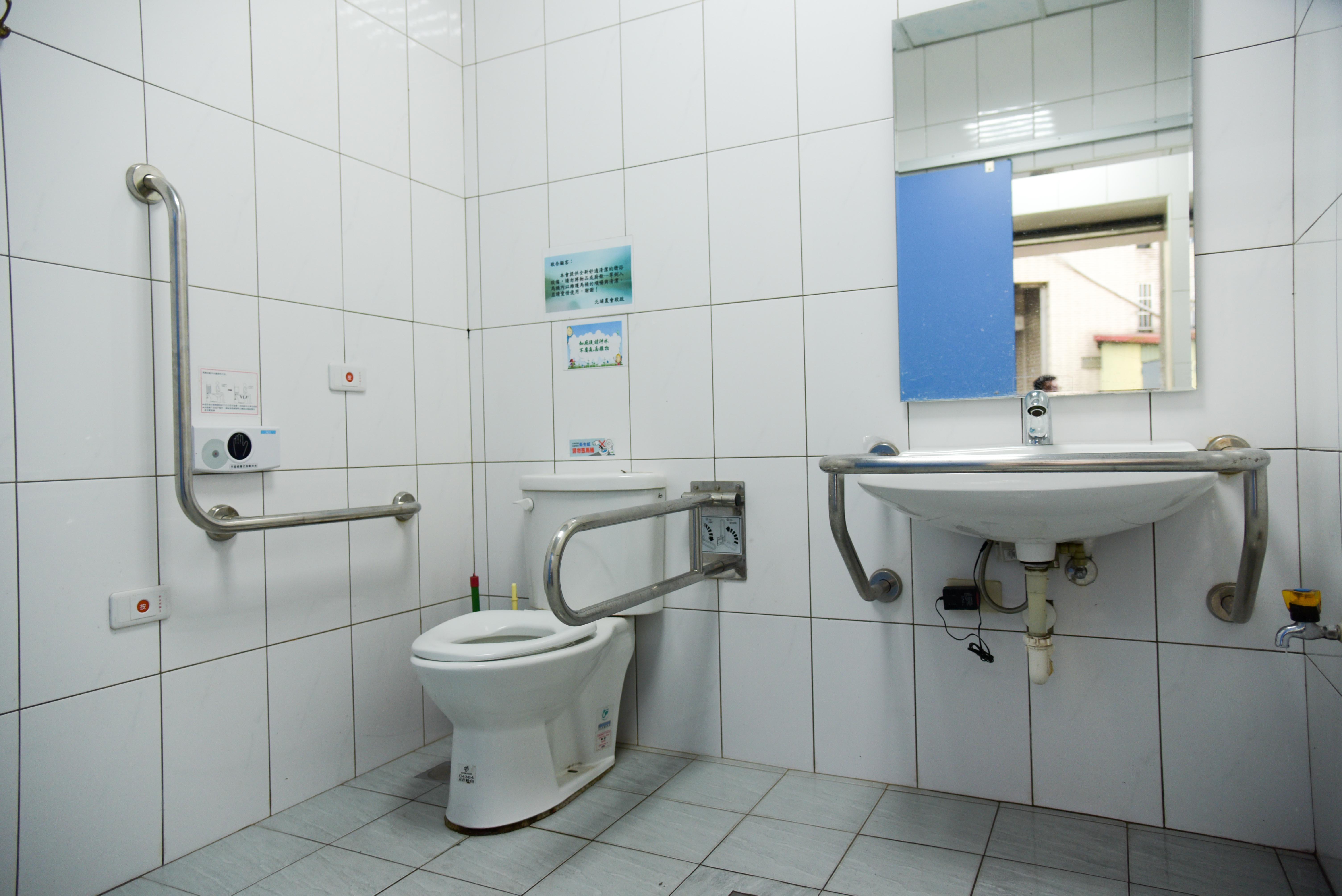 農民協会の車いす対応トイレの内部