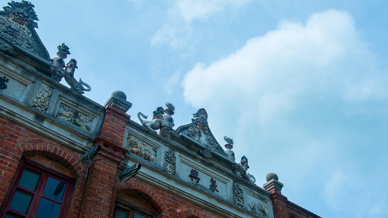 建物正面のファサード