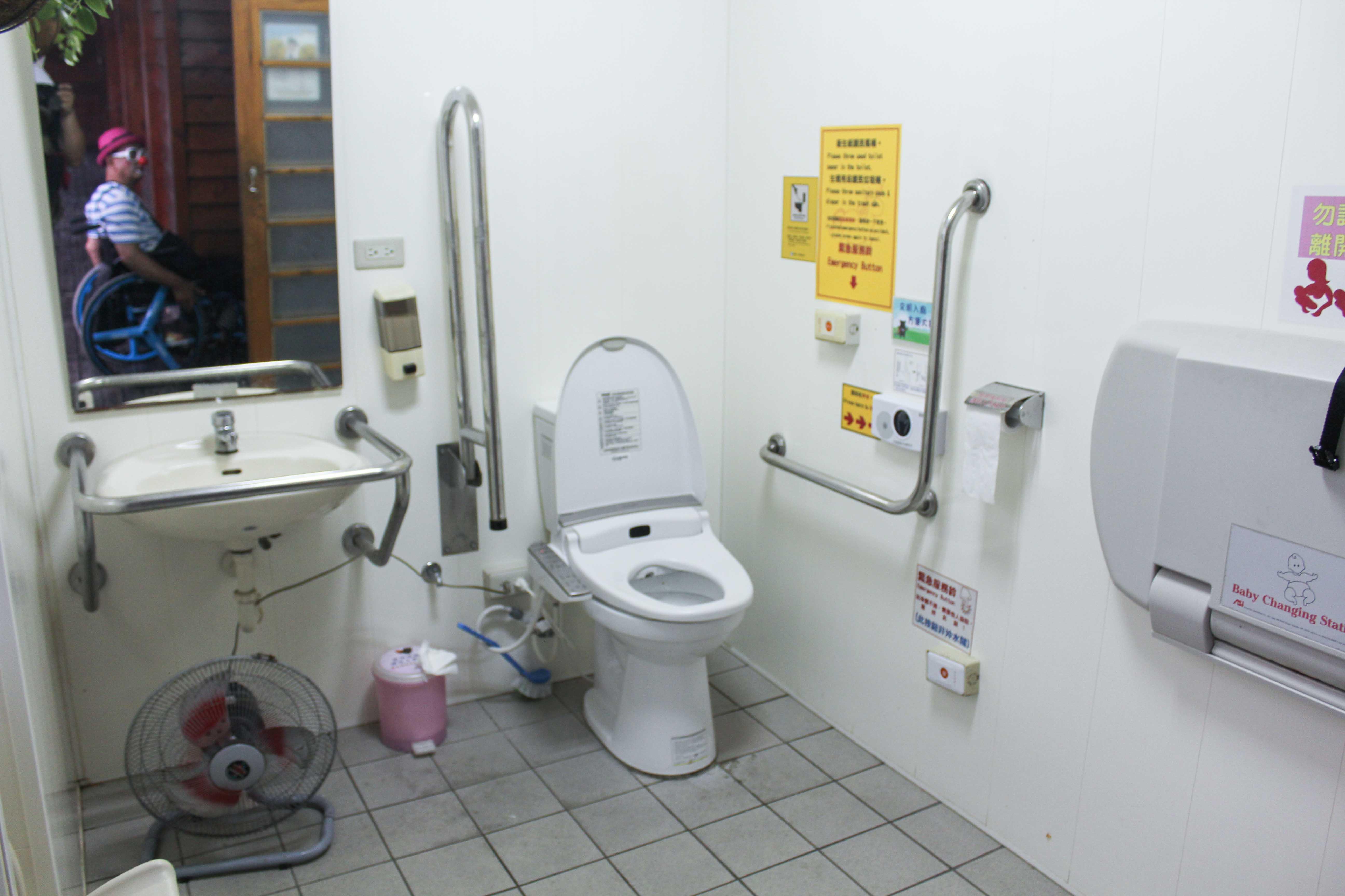多目トイレの内部