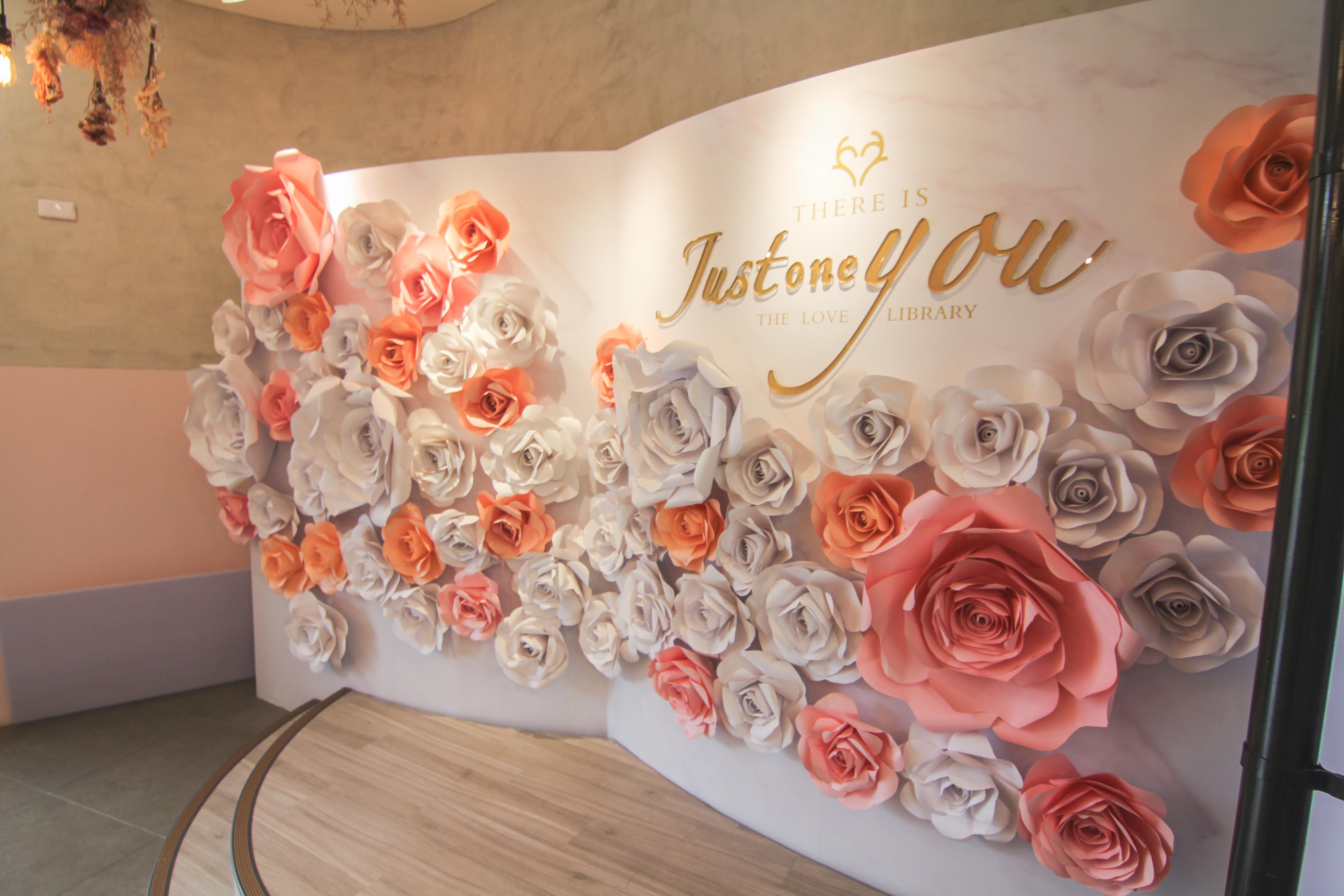 室内で花を飾り壁