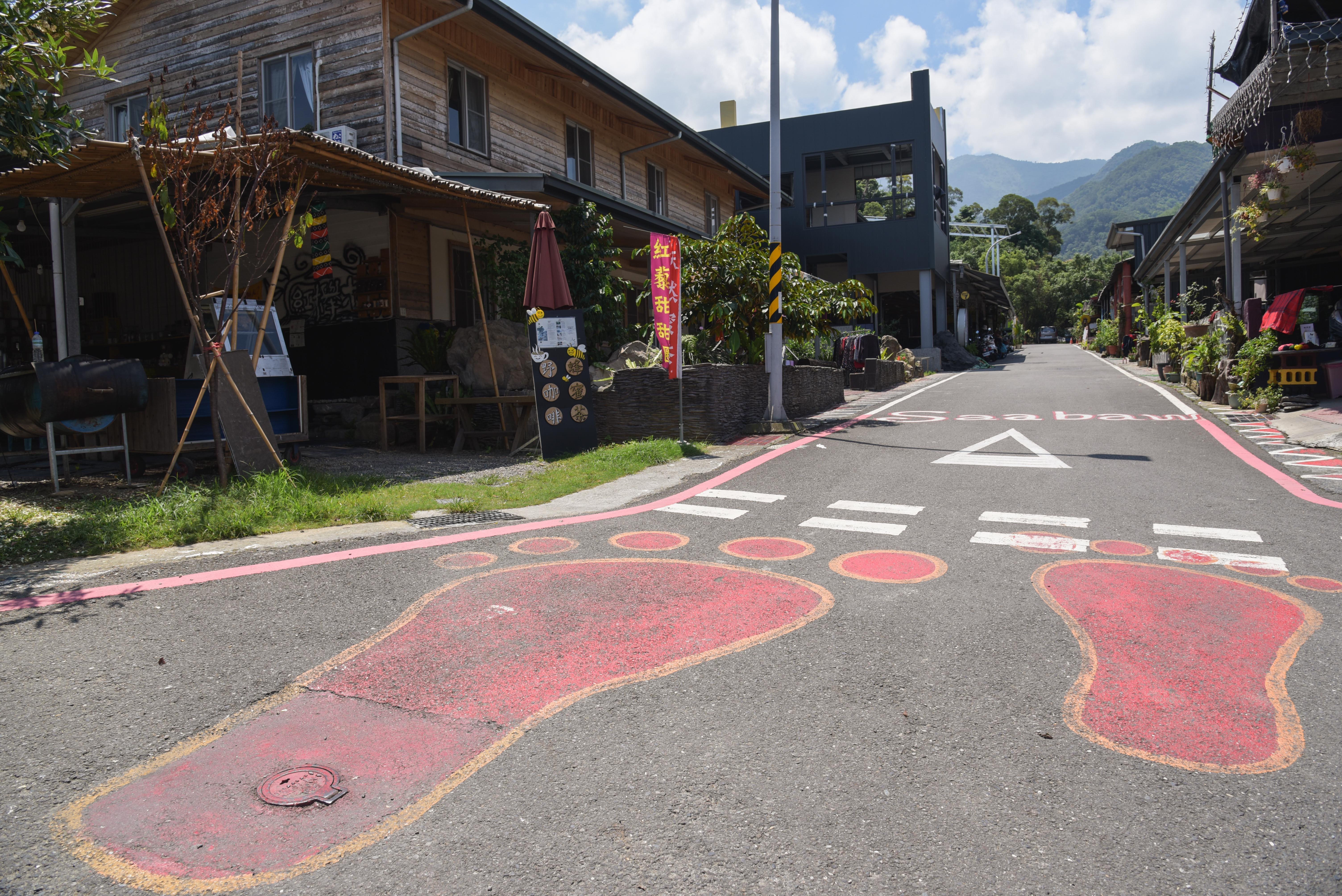 好茶集落のランドマーク(巨大な足跡)