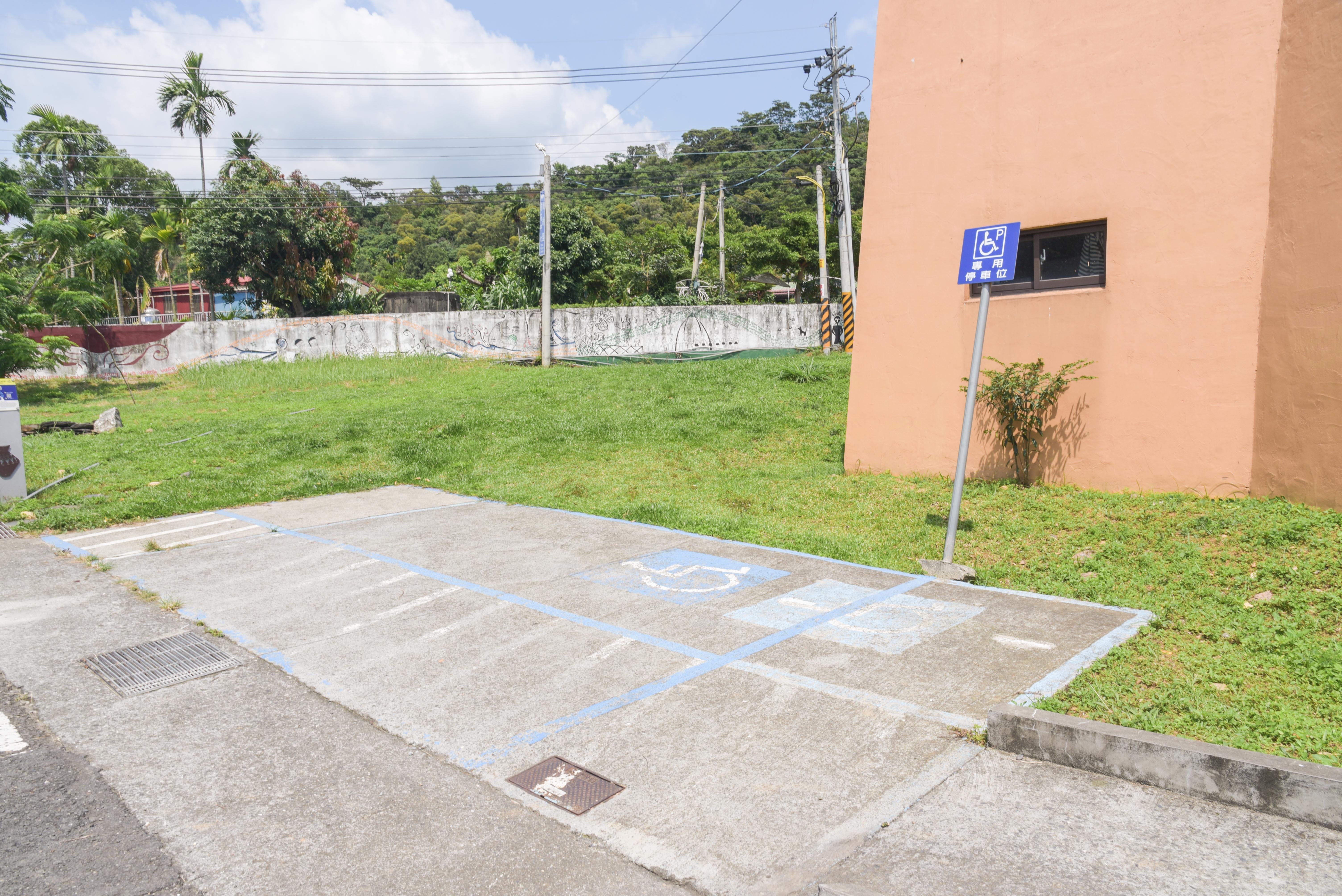 瑪家の穀倉の身障者用駐車場