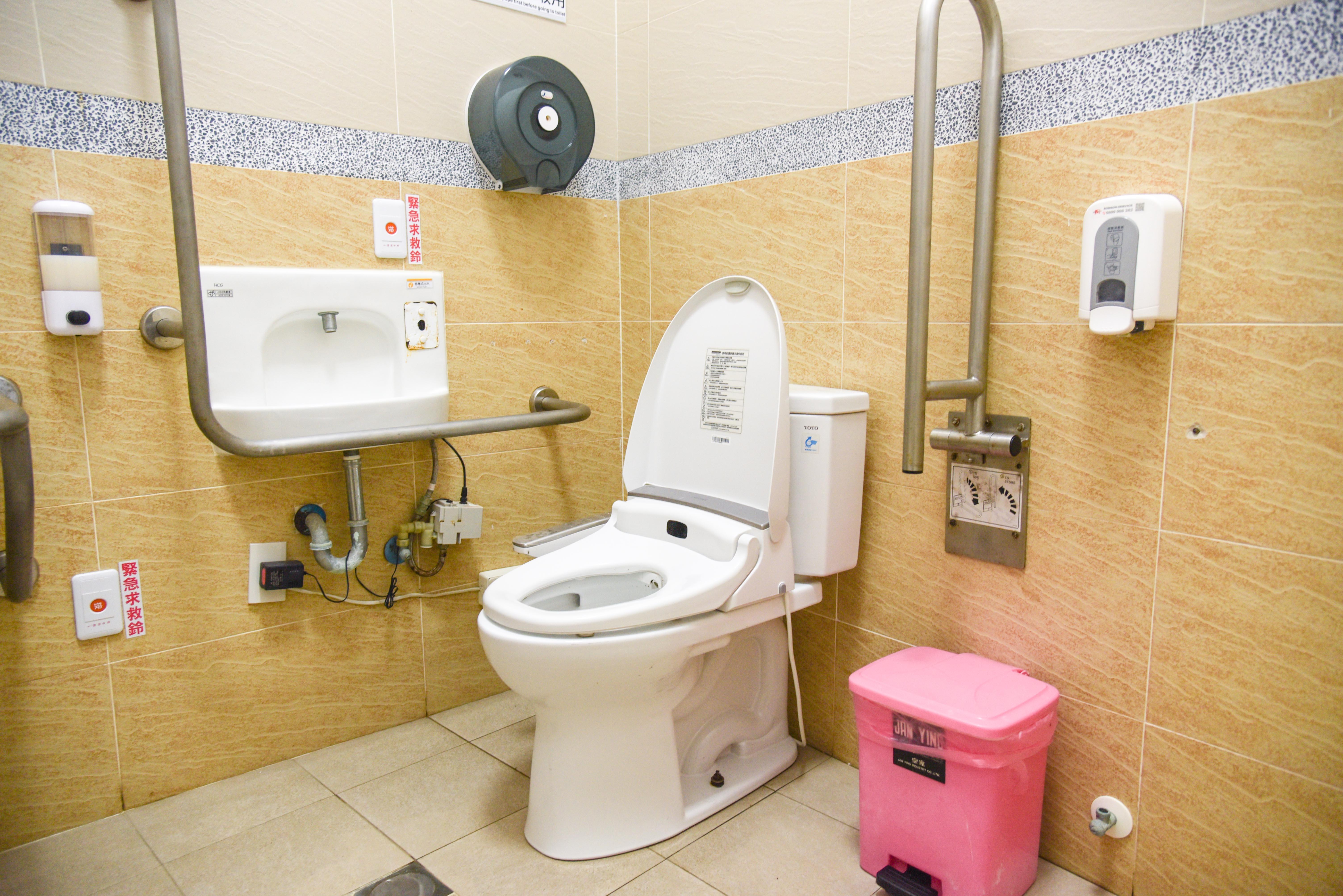車いす対応トイレの内部