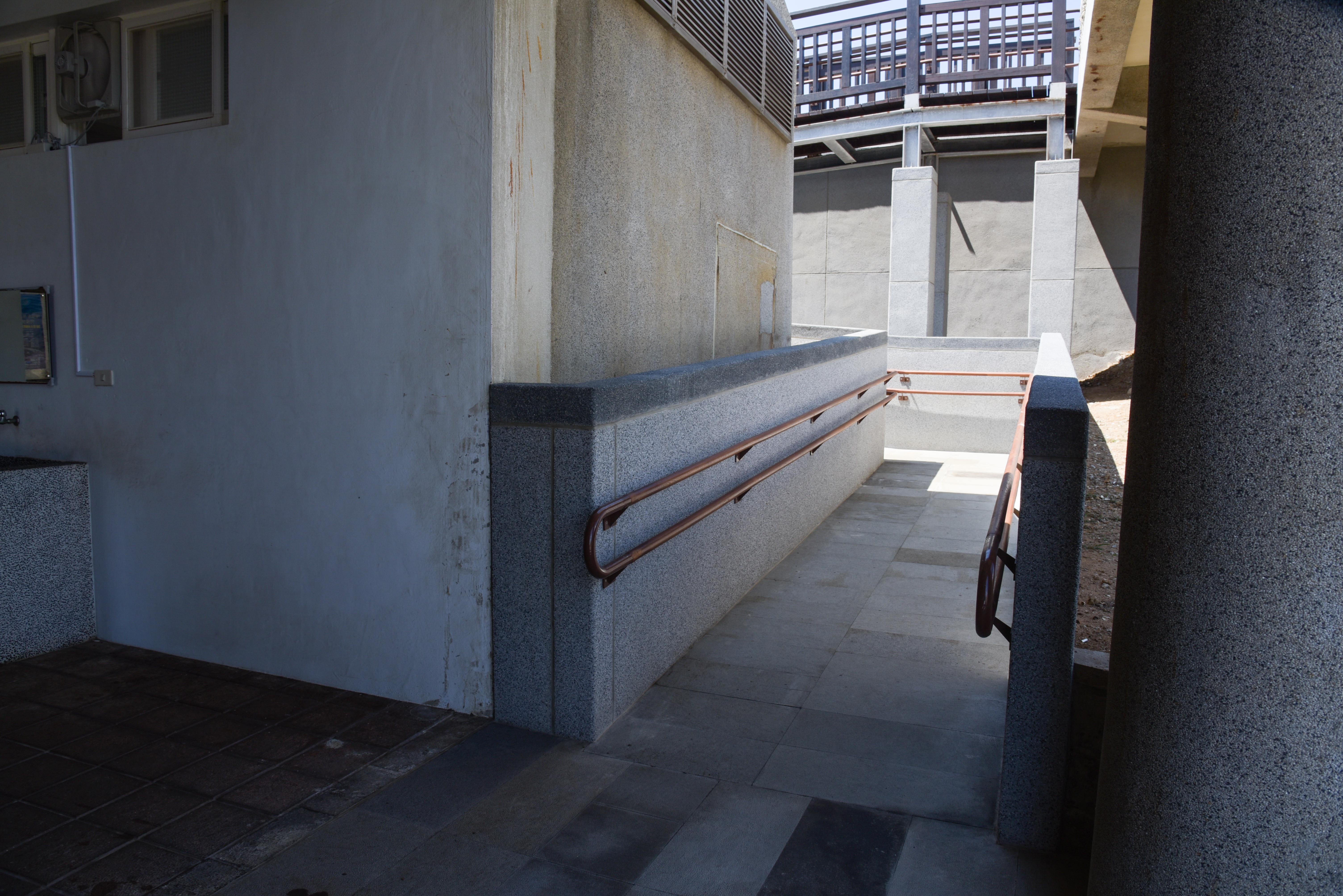 入口のスロープ