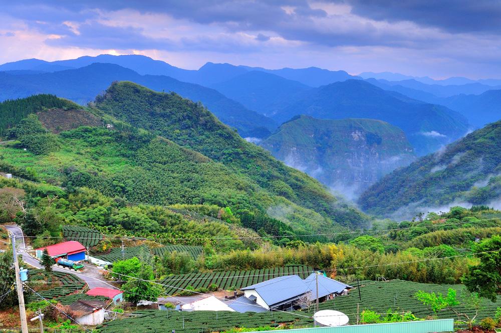 山に包まれる景色