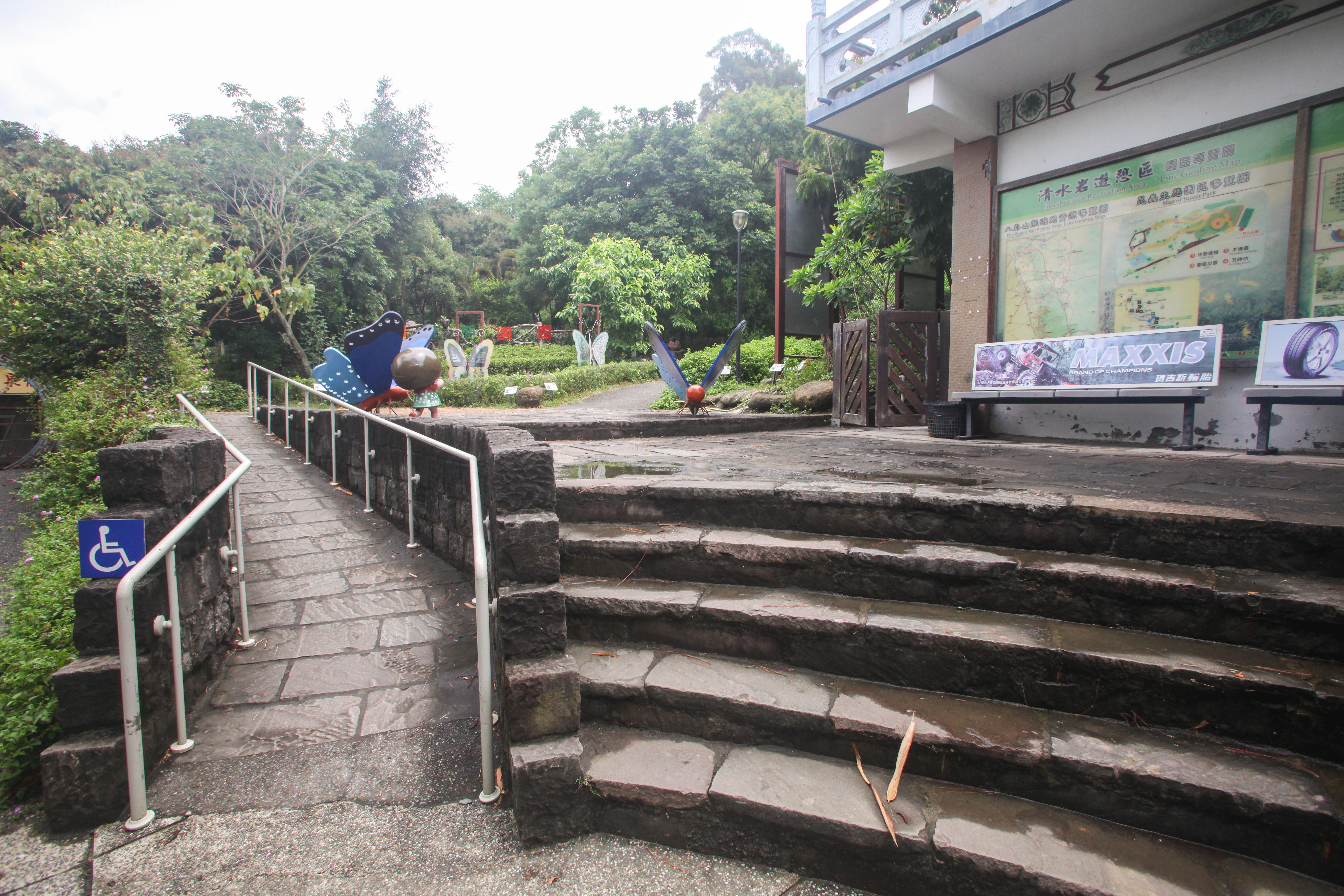 生態園区のバリアフリーのスロープ