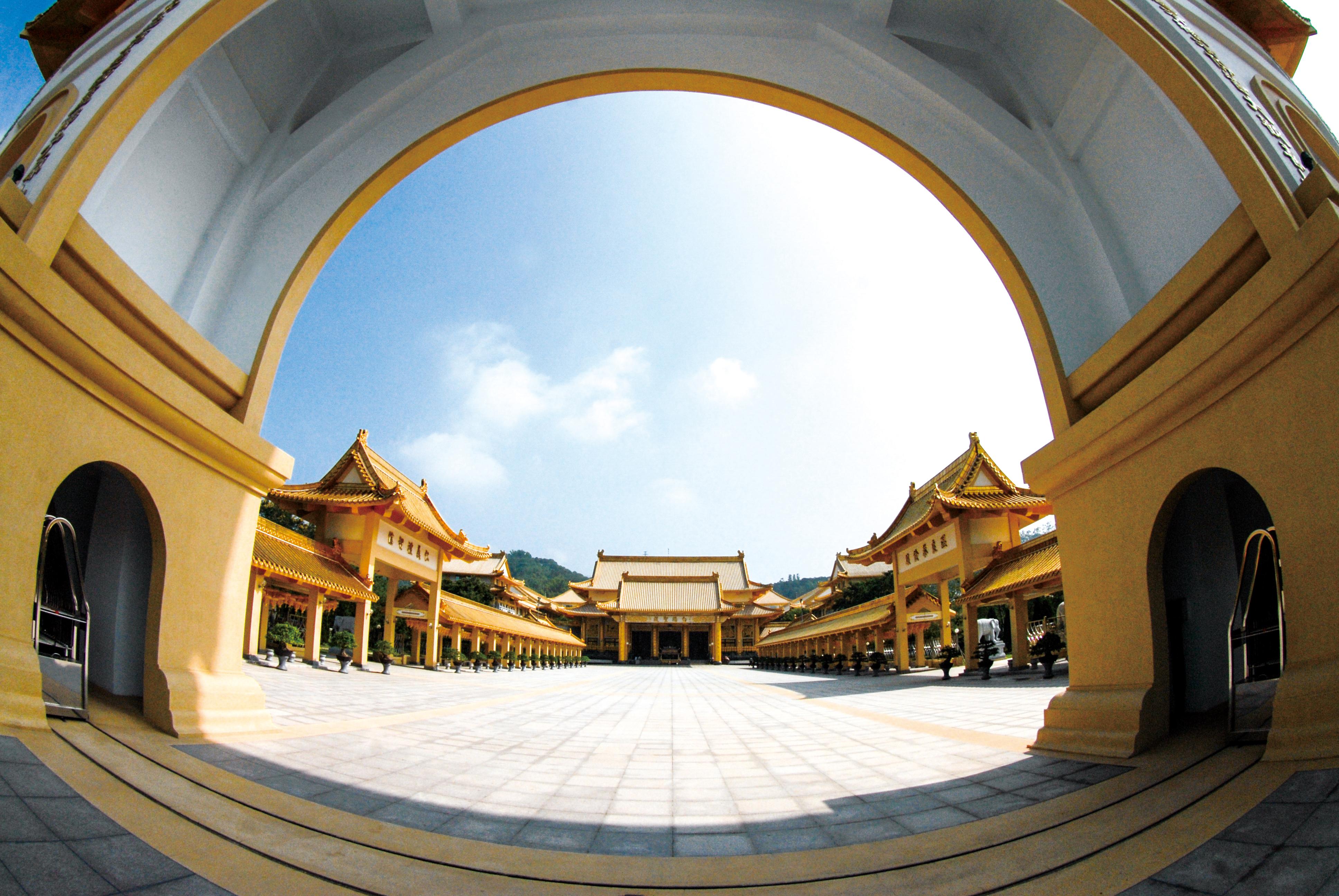 白陽聖殿広場