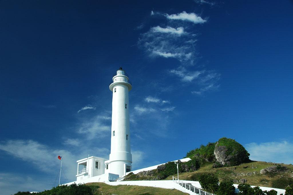 青空の下の綠島灯台