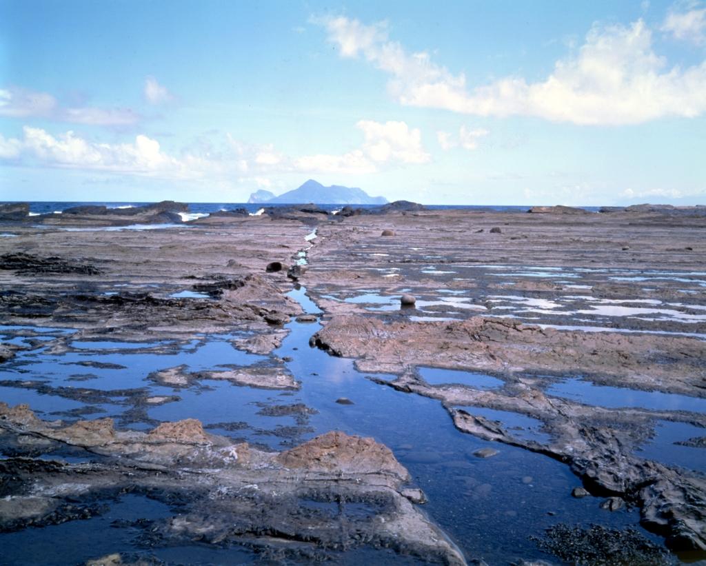 莱莱海蝕平台から眺める亀山島