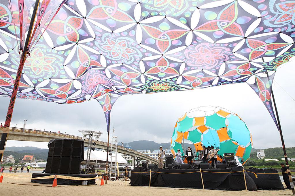 自由台由艺术家设计打造天幕装置艺术