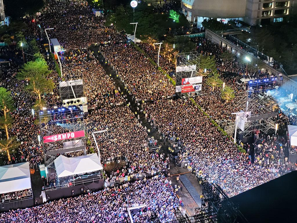 每年台北跨年晚会皆吸引大批人潮前来北市府前广场朝圣
