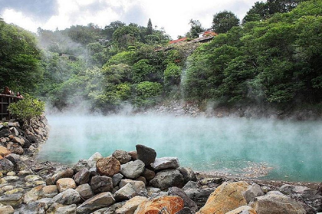 温泉区的地热谷展现大自然巧夺天工的美景