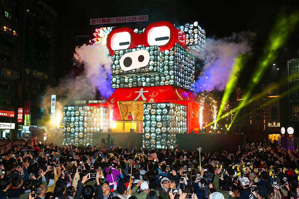 台北灯节重头戏为「百变猪宝亮晶晶」主灯秀,吸引上万民众参观及欣赏可爱模样