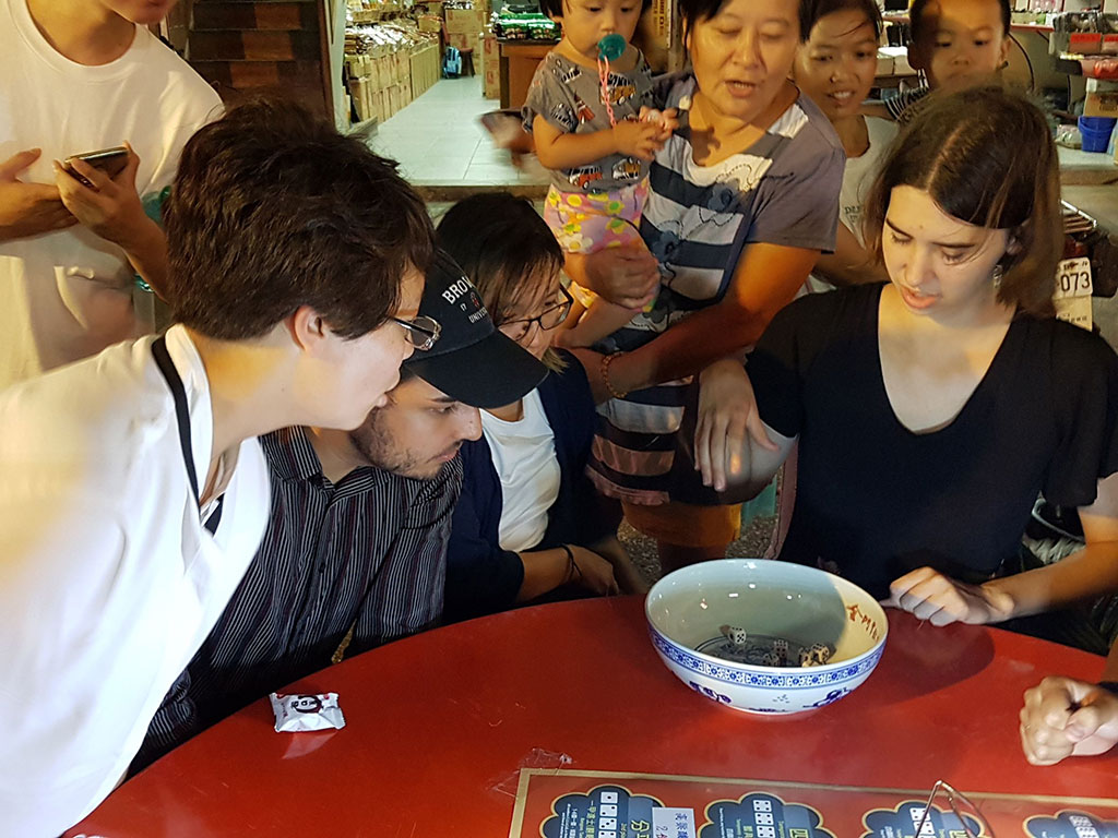 金好玩-博饼乡镇赛 外国旅客一起与金门在地乡亲同乐博状元