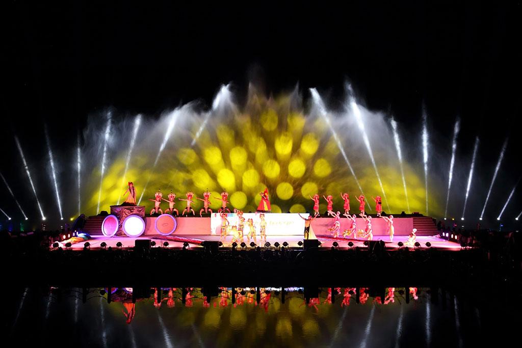 使用独有的水上舞台搭配水幕及雷射展演系统,让民众感受声光和山水之间的律动结合,令人目不暇给。