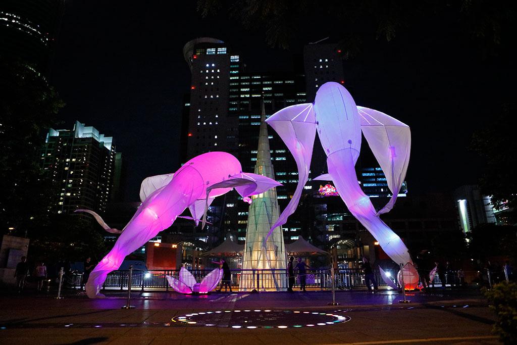 法国梦幻作品《Les-Luminéoles光之鸟》以飞鸟为意象,搭配奇幻音乐,随着音乐摆动,转换公共空间为奇幻氛围,带给观众有想像力的魔幻时刻。