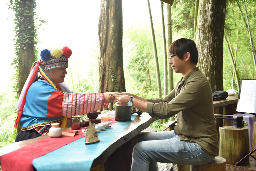游客体验邹族茶席文化