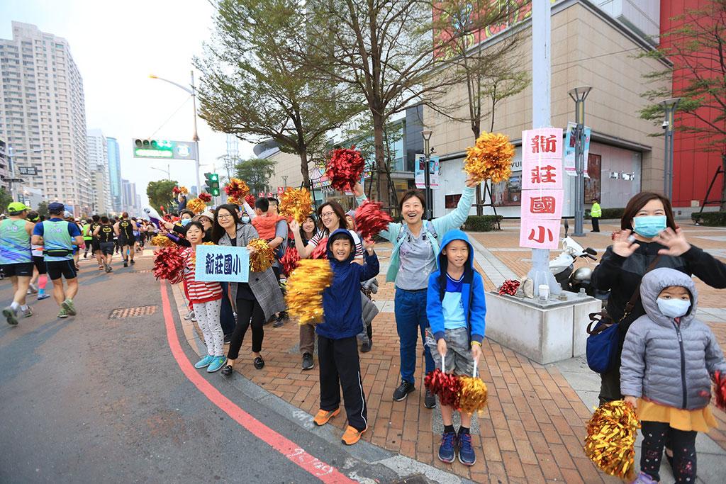 由高雄市政府团队、学校师生、地方庙宇、路跑团体、在地优质企业与社团等相关单位协力而成的大会组织,提供沿线夹道欢呼加油及整体服务品质深获跑者肯定,连年获誉为「全台湾最友善的城市马拉松」。