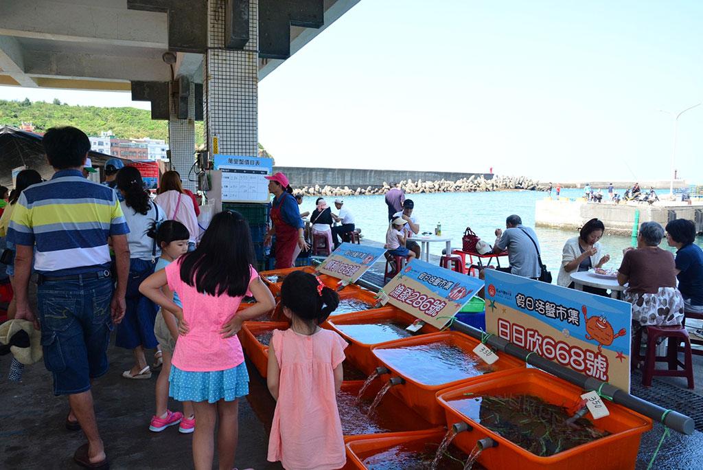 野柳假日活蟹市集品蟹人潮,为当地带来观光效益,提生产销班经营经验