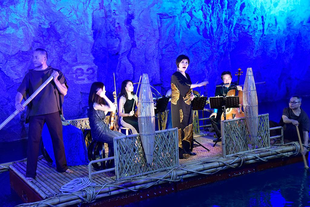 活动每年邀请各种表演艺术的高手表演,音乐家或坐或站於活动舞台上演出,天籁般的音乐随着粼粼波光与如梦似幻的光影,反射出最纯净的音符。