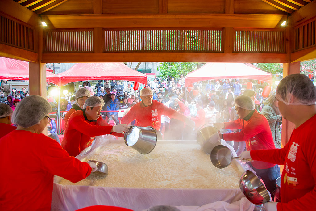 每年大溪豆干业者会在豆干节期间聚在一起制作超大豆腐,让众人享食,祈求豆干产业传承万世永保兴盛,也是每年豆干节的重头戏,让您呷豆干做大官。