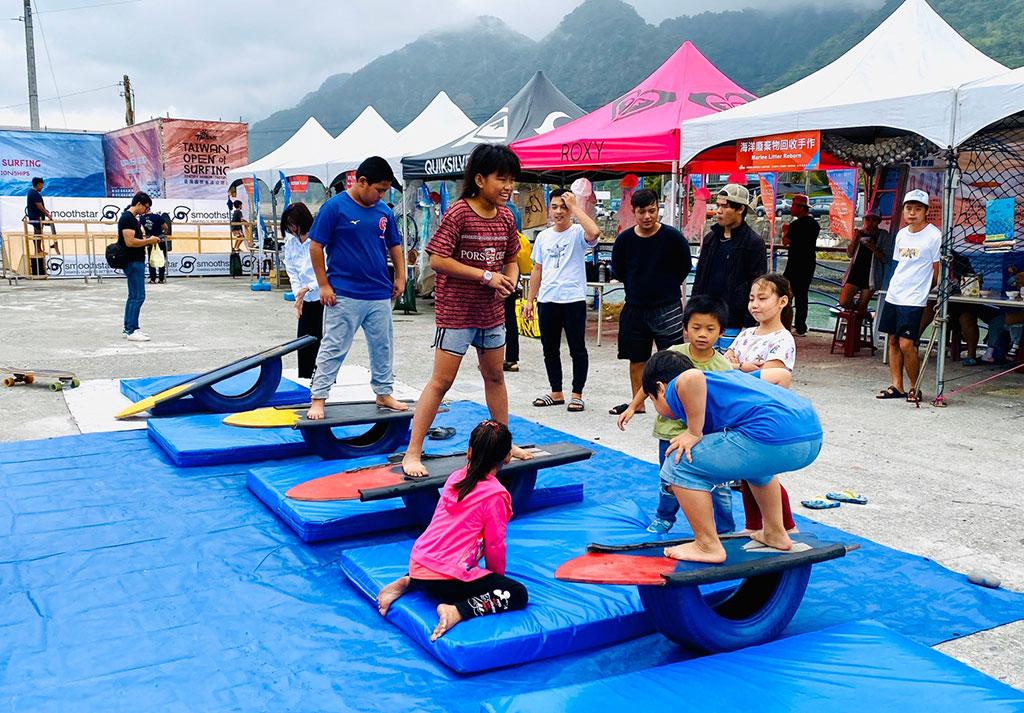 游客体验陆上冲浪平衡游戏