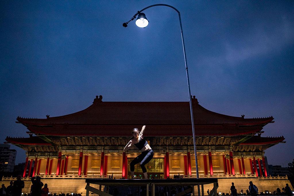 驫舞剧场苏威嘉《自由步-一盏灯的景身》