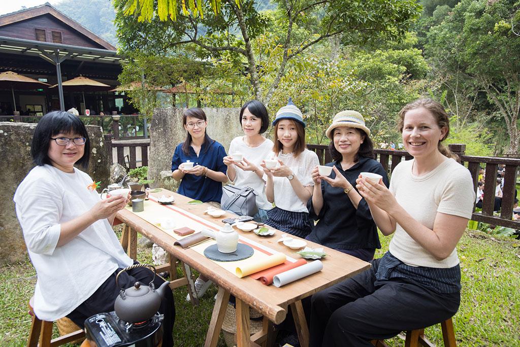 活动赛事搭配推广茶席体验游程,在疗癒的森林里进行步道解说,体验大地茶席,感受地景与人文互动下的茶席情境氛围,并享用在地特色料理。