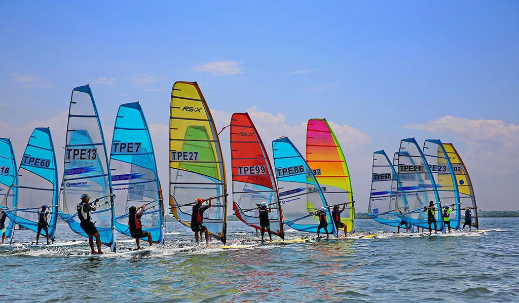 「风帆横渡小琉球锦标赛暨绕湾赛」是帆船界年度盛事,大规模各式帆船齐聚大鹏湾竞技,正因为大鹏湾湾域有风无浪,是认识帆船入门最佳场域。