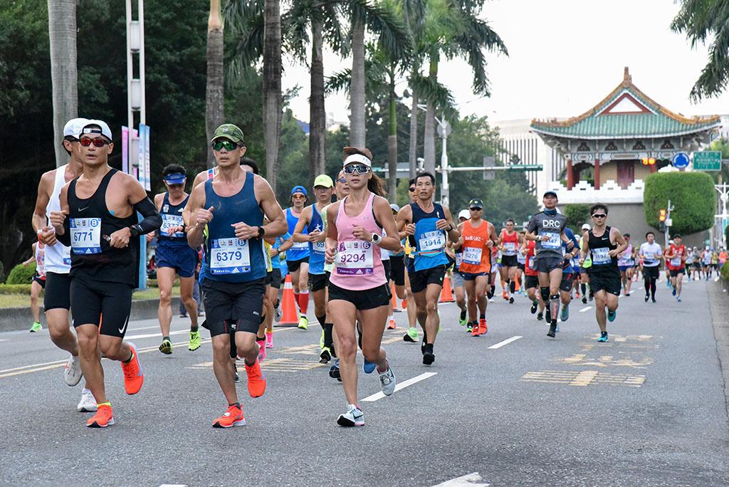 共有62个国家选手参赛,跑经台北市历史韵味浓厚的古城门(景福门)