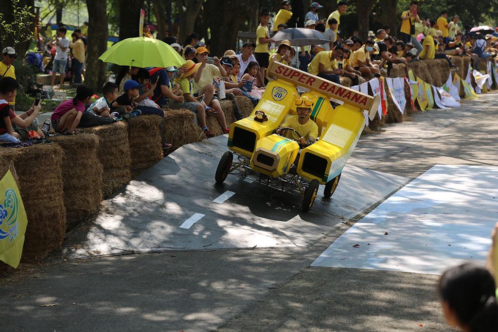 造型特异的香蕉车,勇夺今年的冠军。