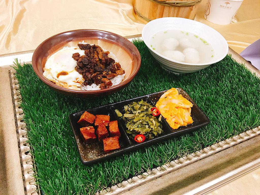 适合自由行旅客的「国饭套餐」,佐以汤品、饮料或小菜等丰富组合。